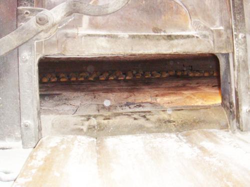 Hier liegen die Baguette fein aufgereiht im Holzbackofen