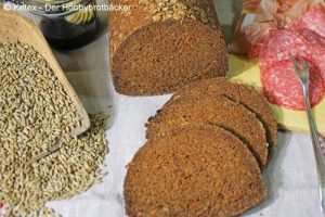 Pumpernickel in der halbrunden Form gebacken