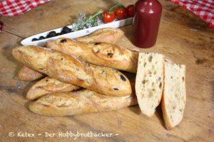 Baguette mit Oliven, Kräutern oder getrockneten Tomaten