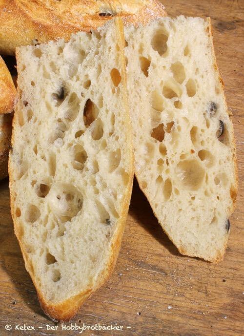 Baguette mit Oliven, Kräutern oder getrockneten Tomaten Anschnitt
